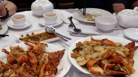 Motie van mensen die gebraden zeekreeft eten en thee met stoom drinken stock video