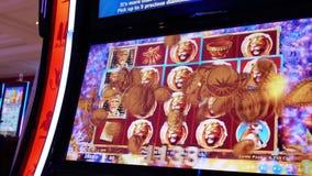 Motie van mensen die gokautomaat spelen en grote prijs winnen stock footage