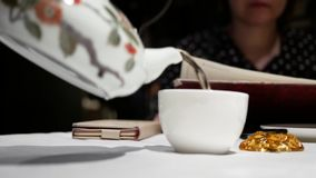 Motie van mensen die hete thee gieten stock footage