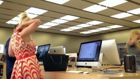 Motie van mensen die nieuw MAC-boek kopen stock video