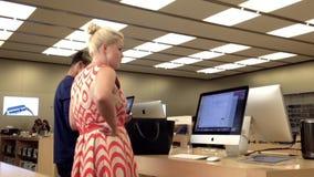 Motie van mensen die nieuw MAC-boek kopen stock videobeelden