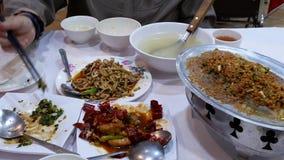 Motie van mensen die voedsel binnen Chinees restaurant eten stock footage
