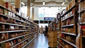 Motie van mensen die voedsel binnen opslag van het prijs de slimme voedsel kopen stock footage