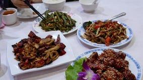 Motie van mensen die voedsel met familie binnen Chinees restaurant eten stock video