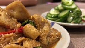 Motie van mensen die voorgerechten op lijst binnen Chinees restaurant eten stock footage