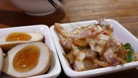 Motie van mensen die voorgerechten op lijst binnen Chinees restaurant eten stock video