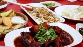 Motie van mensen die voorgerechten op lijst binnen Chinees restaurant eten stock videobeelden