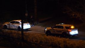 Motie van mensen drijfdieauto door politie bij nacht in Coquitlam BC Canada wordt gearresteerd stock videobeelden