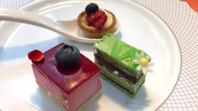 Motie van minicake op lijst binnen restaurant stock video
