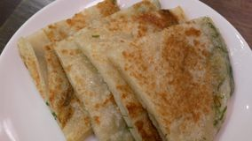Motie van pan gebraden sjalotcake binnen Chinees restaurant stock video