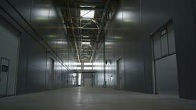 Motie van Plafond aan Vloer in Leeg Installatiepakhuis stock footage