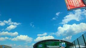Motie van Rood Teken op Pool aan Panorama Modern Stadion stock footage