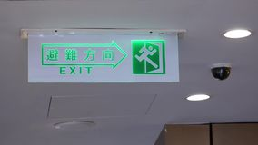 Motie van veiligheidscamera's en uitgangsteken op plafond stock video