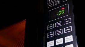 Motie van voedsel die in magnetron worden verwarmd stock footage