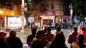 Motie van voetwachten voor de kruising van straat bij nacht stock video