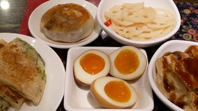 Motie van voorgerechten op lijst binnen Chinees restaurant stock videobeelden