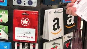 Motie van vrouw die de giftkaart plukken van vijftig dollarsamazonië stock video