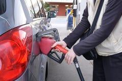 Motie van vrouw die handvat van autogat opnemen bij benzinestation royalty-vrije stock foto