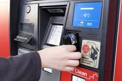 Motie van vrouw die kaart opnemen terwijl het betalen van gas stock foto