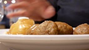 Motie van vrouw die van maaltijd genieten bij de cafetaria van het voedselhof met de achtergrond van de onduidelijk beeldmotie stock video