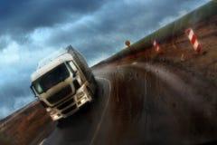 Motie van wagen in regenachtig weer, bestuurder, vrachtwagen stock foto