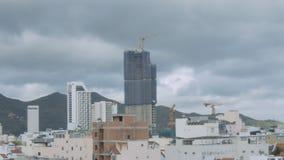 Motie voorbij wolkenkrabber in stad bij de tijdspanne van de heuvelstijd stock video