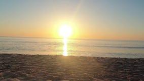Motielengte dichtbij het zand van het strand ter plaatse aan de oever met kleine golven die op het zand in backlights a breken stock video
