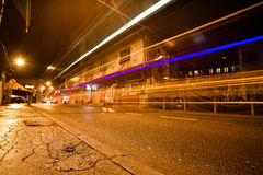 Motielichten op de mening van de nachtstraat met de bouw van de Ottomaneperiode Stock Foto's
