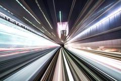 Motieonduidelijk beeld die van trein binnentunnel met daglicht in Tokyo, Japan bewegen stock afbeelding