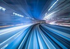 Motieonduidelijk beeld die van trein zich in Tokyo, Japan bewegen Royalty-vrije Stock Afbeelding