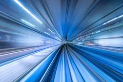 Motieonduidelijk beeld die van trein zich in Tokyo, Japan bewegen Stock Foto