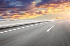 Motieonduidelijk beeld van de wegweg Royalty-vrije Stock Afbeeldingen