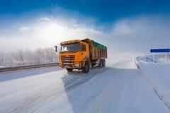 Motieonduidelijk beeld van een vrachtwagen op de winterweg op ijzige dag royalty-vrije stock foto