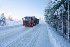 Motieonduidelijk beeld van een vrachtwagen op de winterweg op ijzige zonnige dag royalty-vrije stock fotografie