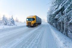 Motieonduidelijk beeld van een vrachtwagen op de winterweg op ijzige zonnige dag royalty-vrije stock foto