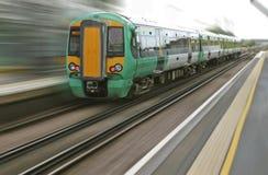 Motieonduidelijk beeld van snel verzendende Engelse trein Stock Foto