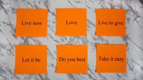 Motievenwoorden op gekleurde bladen van document Creativiteit en art. Studie, onderwijs, het werk Bureau, school, Universiteit ka stock afbeelding