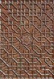 Motif islamique découpé sur la surface en bois photographie stock