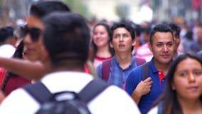 MOTION-TAKE LENTO 6: Muchedumbre que camina a través de la calle En México el crecimiento de la población es un problema público  almacen de metraje de vídeo