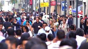 MOTION-TAKE LENTO 7: Muchedumbre que camina a través de la calle En México el crecimiento de la población es un problema público  almacen de metraje de vídeo