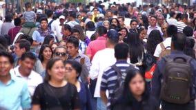 MOTION-TAKE LENTO 8: Muchedumbre que camina a través de la calle En México el crecimiento de la población es un problema público  almacen de video