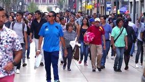 MOTION-TAKE LENTO 3: Muchedumbre que camina a través de la calle En México el crecimiento de la población es un problema público  metrajes