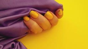 Motiondecoration lento de seda do tratamento de mãos fêmea da mão video estoque