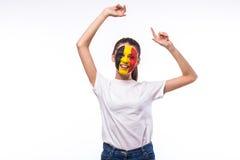 Émotions de victoire, heureuses et de but de cri perçant de passioné du football belge dans l'appui de jeu de l'équipe nationale  Images libres de droits