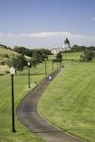 Motionsslinga i stad parkerar att leda till den South Dakota statKapitolium royaltyfria foton