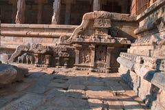 Motiv på balustrader, nordlig ingång till den Nataraja mandapaen, Airavatesvara tempelkomplex, Darasuram, Tamil Nadu arkivfoton