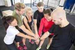 Motivación del equipo antes del entrenamiento en el gimnasio imagen de archivo