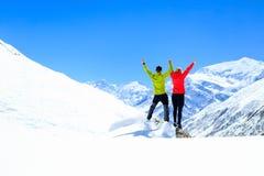 Motivación del trabajo en equipo, éxito en montañas del invierno Fotografía de archivo libre de regalías