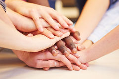 Motivación y trabajo en equipo con las manos apiladas Fotos de archivo libres de regalías