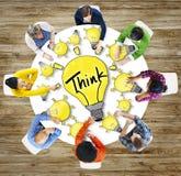 A motivação da inovação das ideias dos povos da vista aérea pensa o conceito Imagens de Stock Royalty Free